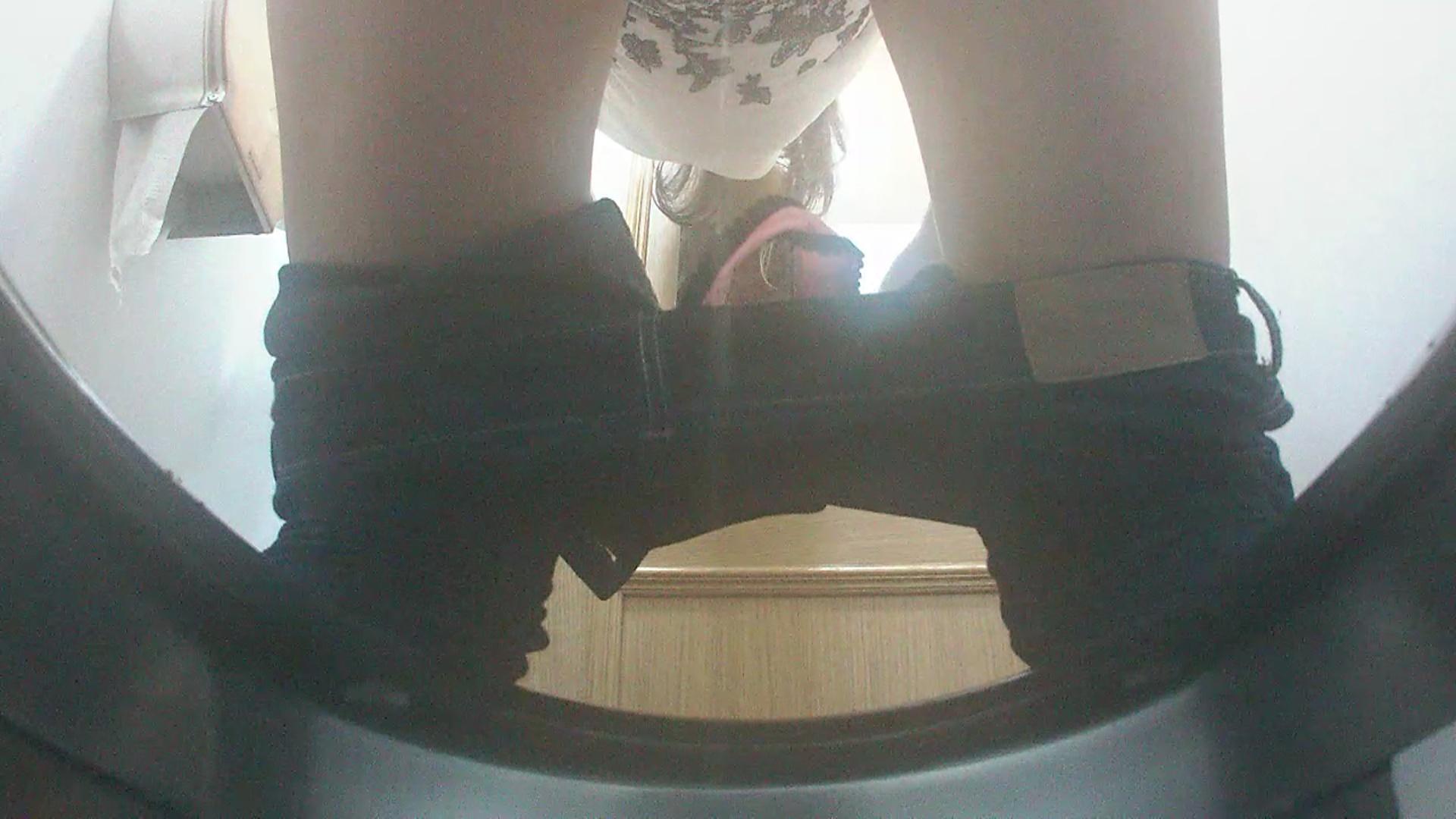 Скрытая камера старые писают в туалете